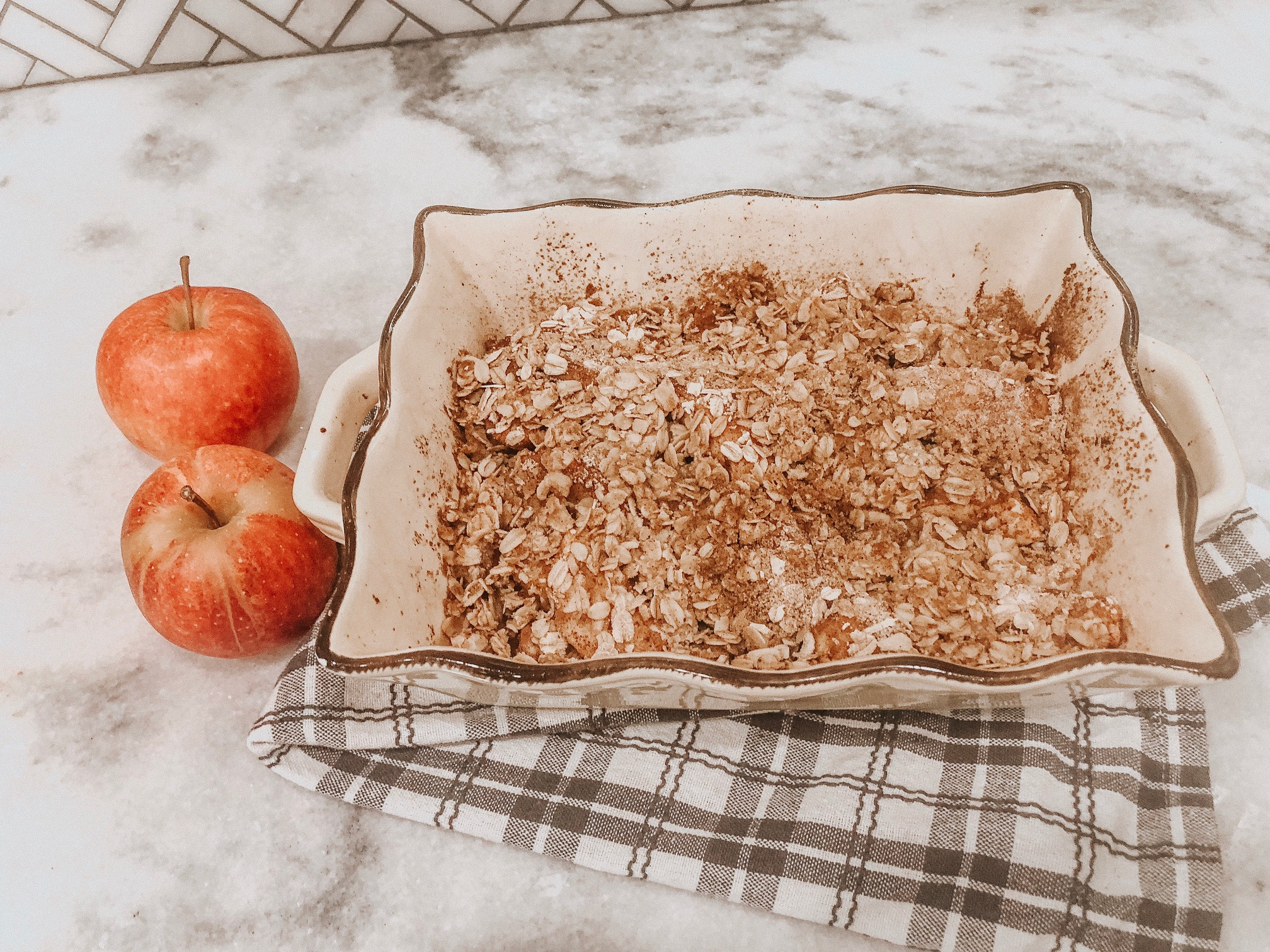 Daily Splendor Life and Style Blog | Healthy(ish) Apple Crumble Recipe #apples #applecrumble #fallrecipes #easyapplecrumble #recipes #oattopping