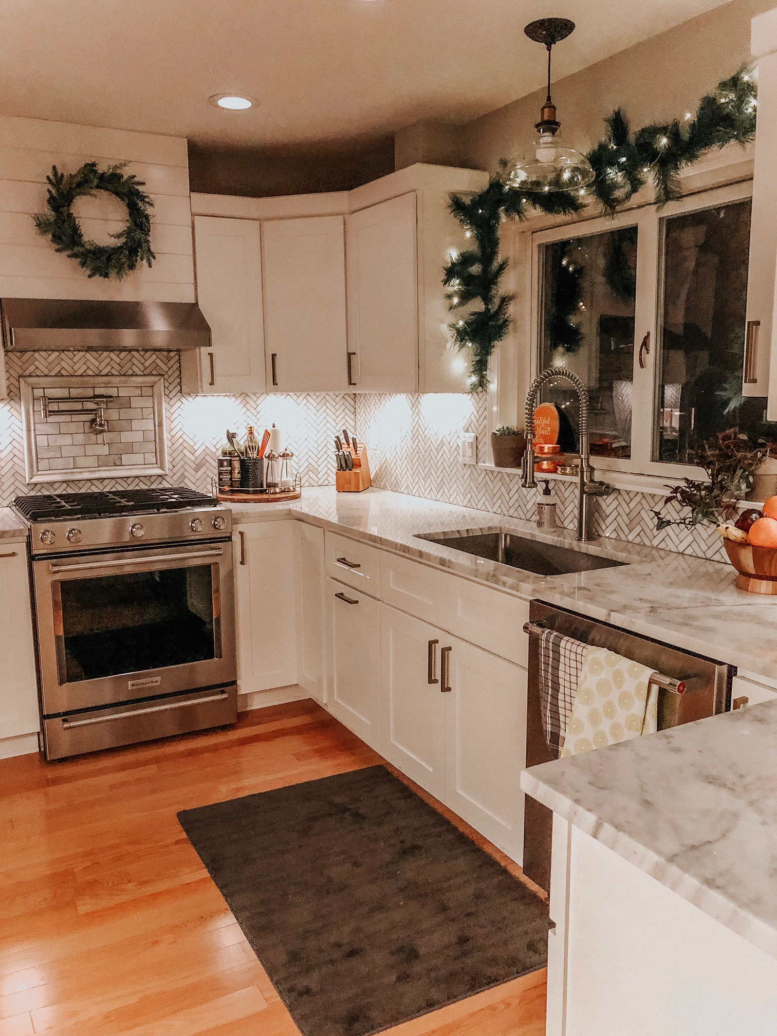Holiday Decor Tips and Ideas | Daily Splendor Life and Style Blog | Kitchen Decor, garland, twinkle lights, holidays, christmas, wreath #kitcheninspo #cozyhome #christmaswindow #christmasgarland #christmasdecor