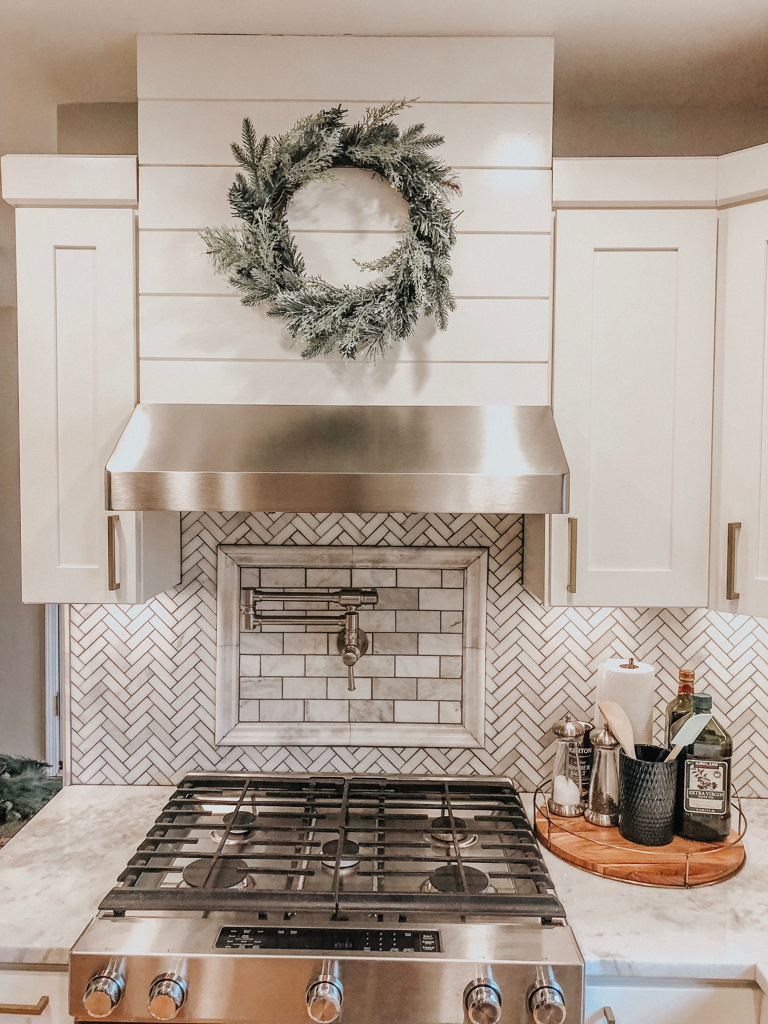 Holiday Decor Tips and Ideas | Daily Splendor Life and Style Blog | Kitchen Decor, wreath, holidays, christmas #kitcheninspo #cozyhome #christmas #christmaswreath #christmasdecor
