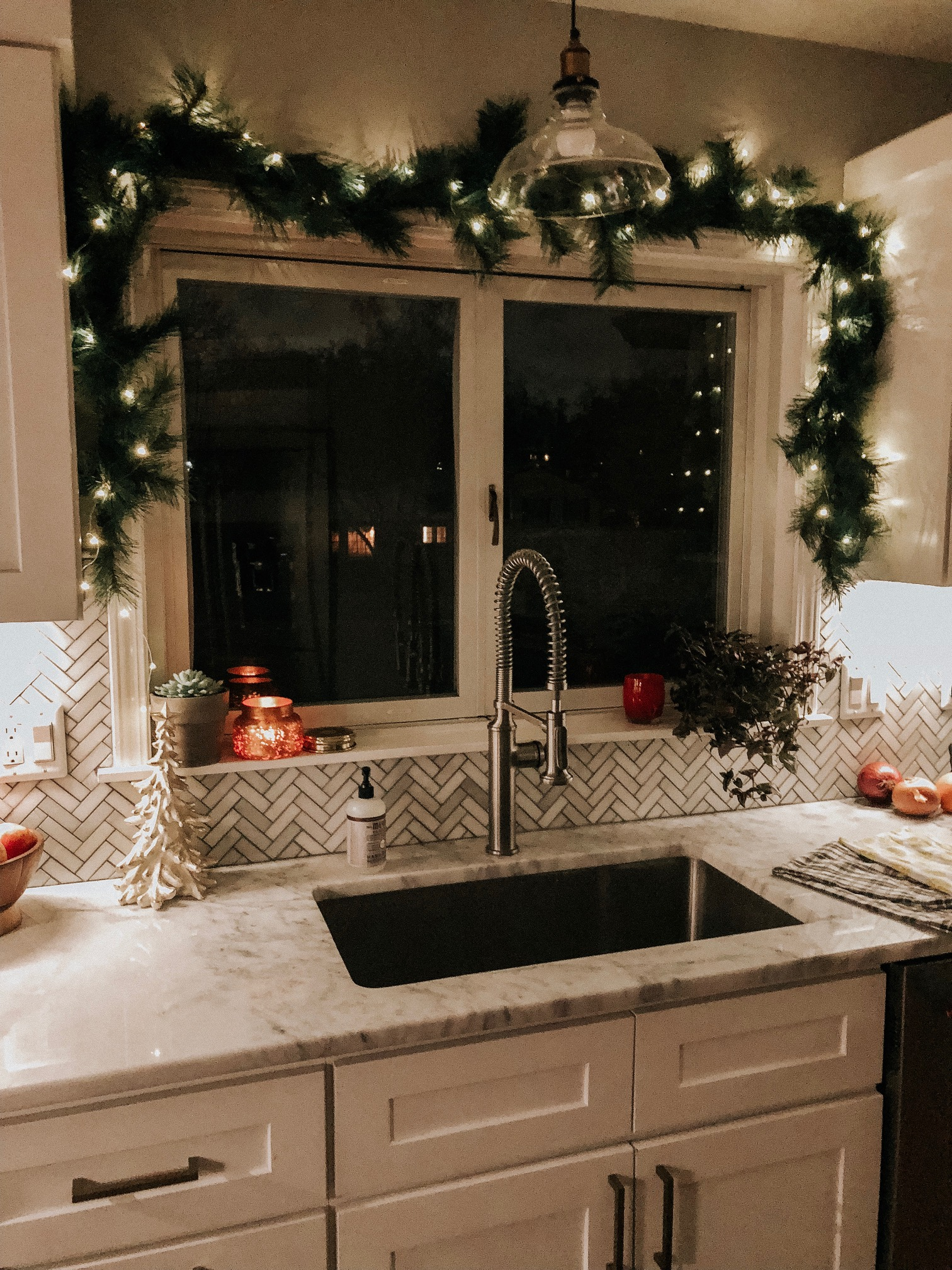Holiday Decor Tips and Ideas | Daily Splendor Life and Style Blog | Kitchen Decor, garland, twinkle lights, holidays, christmas #kitcheninspo #cozyhome #christmaswindow #christmasgarland #christmasdecor