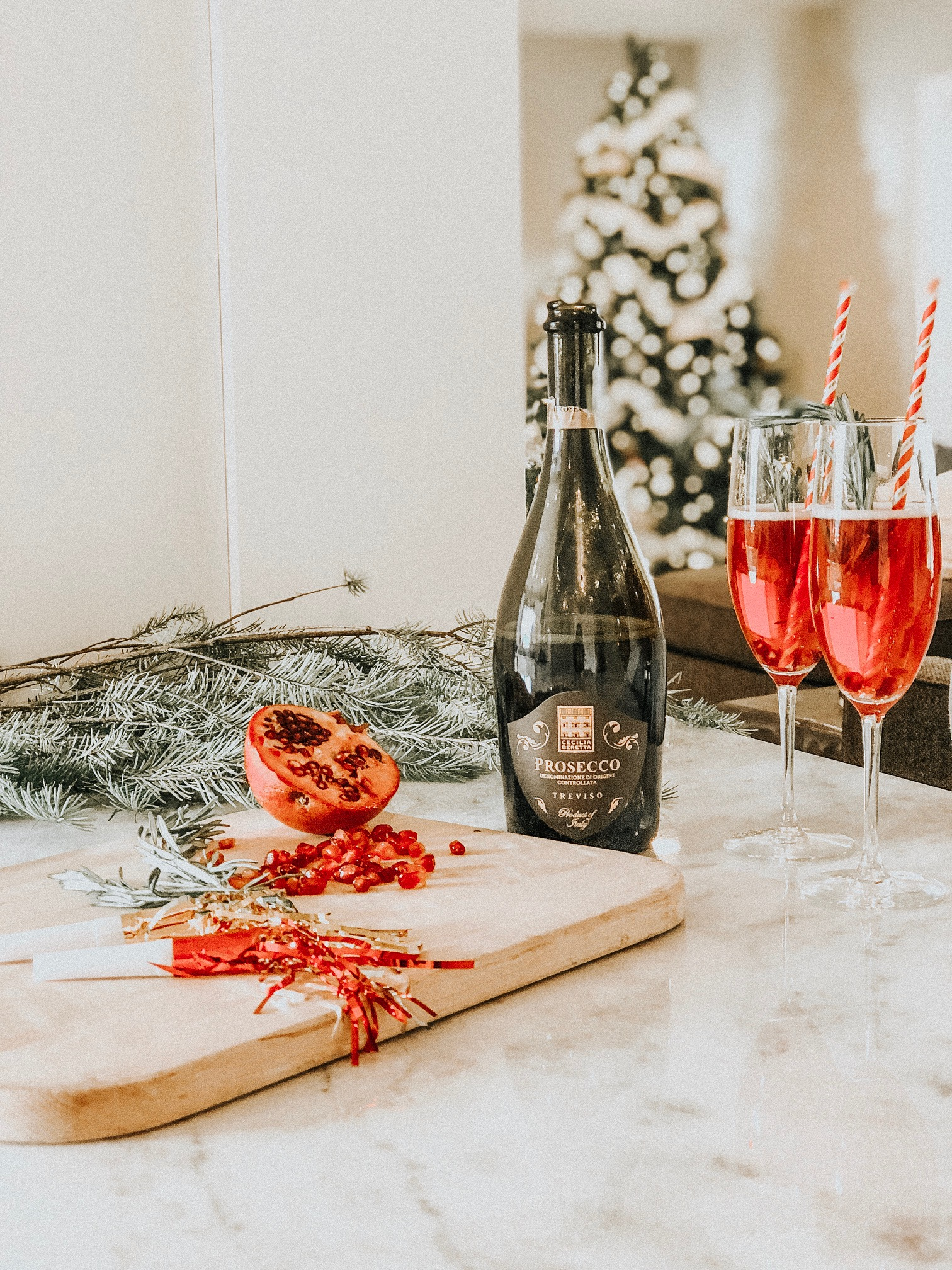 Festive Prosecco Cocktail | Daily Splendor Life and Style Blog | Holiday drink, parties, holidays, christmas, new years eve #prosecco #drinkrecipe #bubbly #cocktails