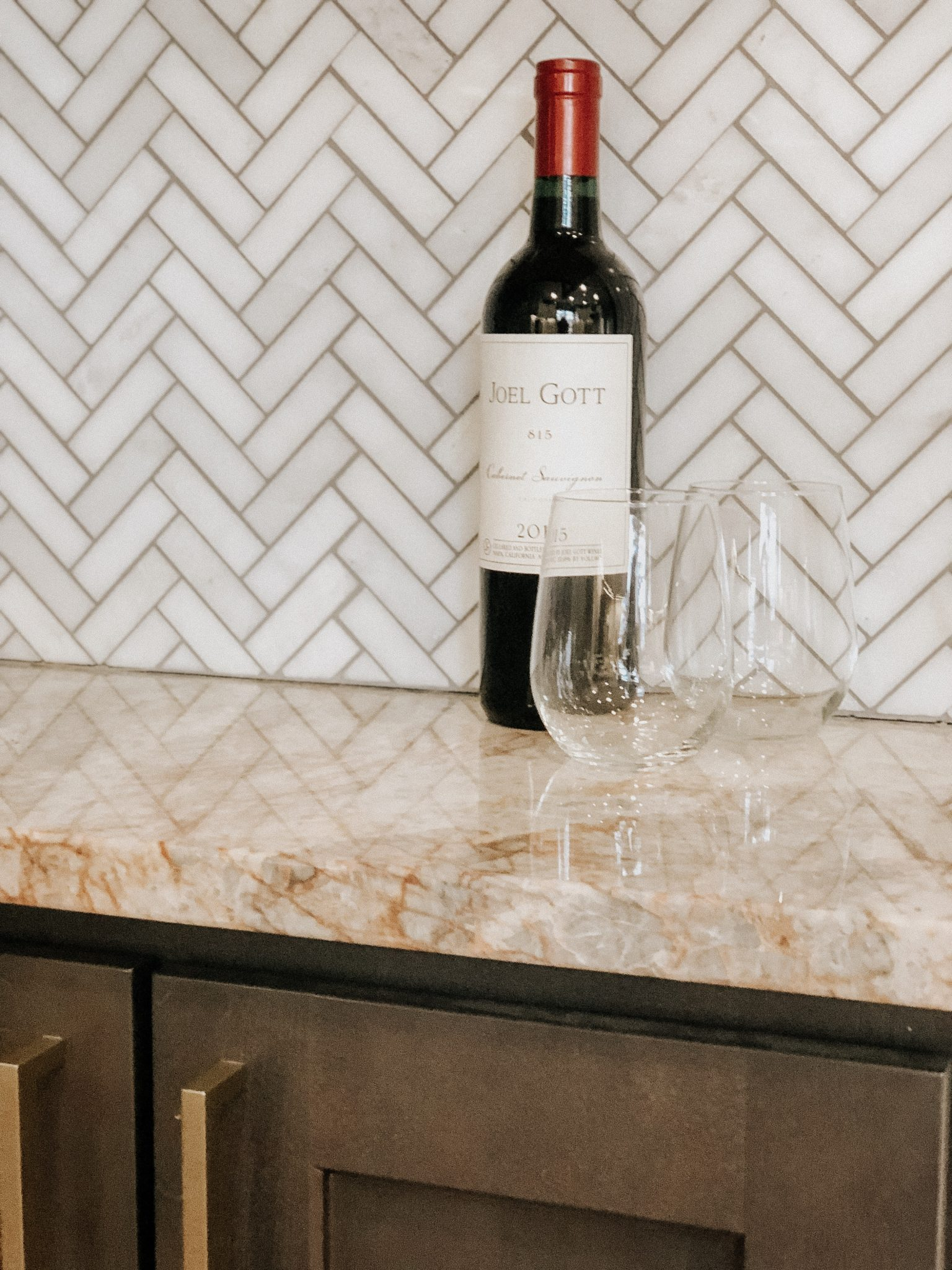 Simple Home Bar Setup | Daily Splendor Life and Style Blog | stemless, wine glass, home bar, hostess, hosting #homebar #wine #entertaining