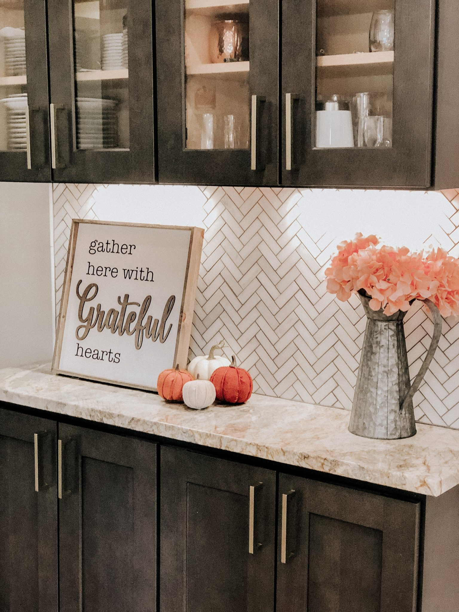Fall Decor Home Tour | Daily Splendor Life and Style Blog | fall kitchen decor #pumpkins #farmhousekitchen #fallkitchendecor #cozyfall #fallkitchen