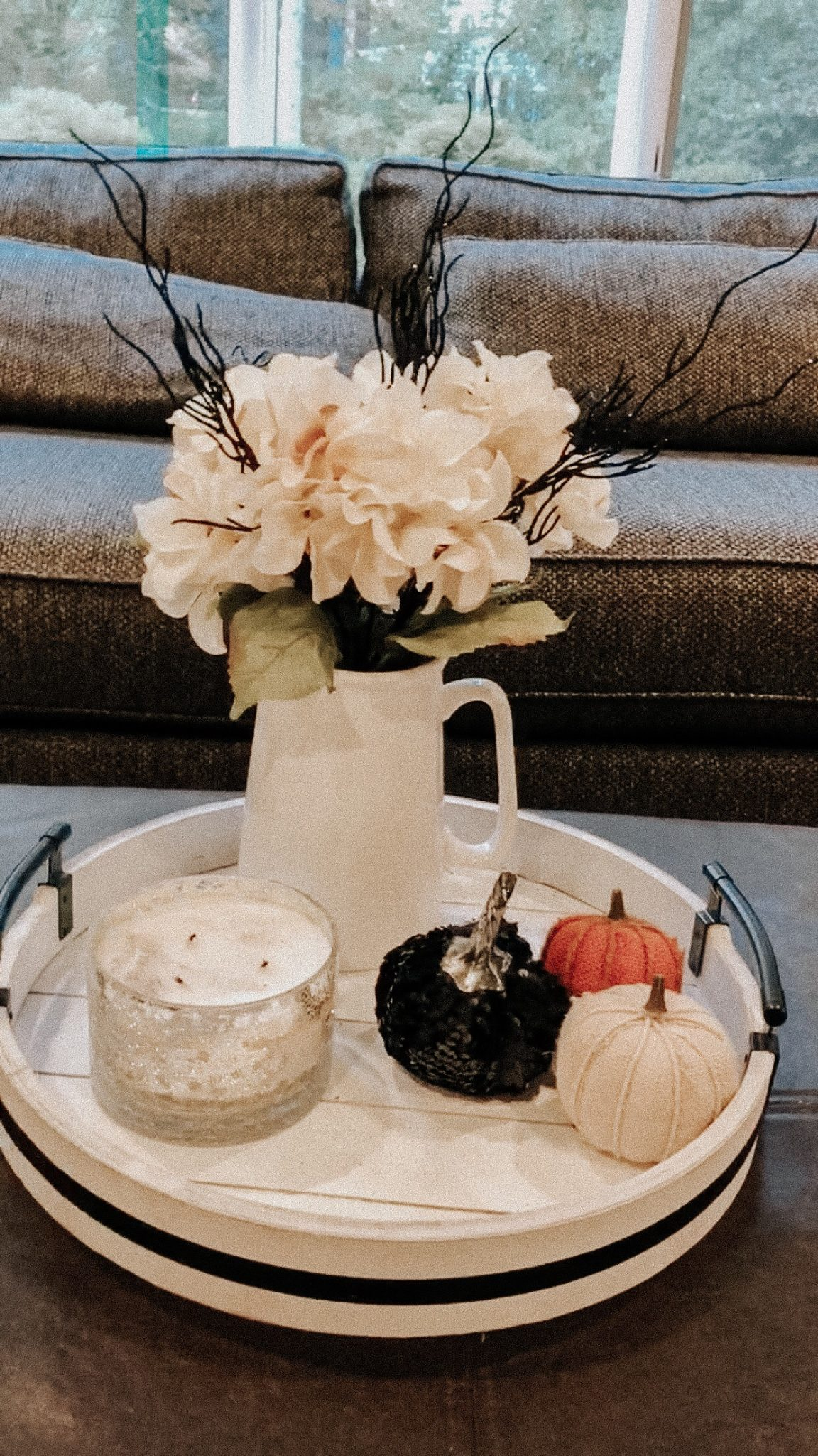 Halloween Decorating Ideas | Daily Splendor Life and Style Blog | Budget decorations #halloween #sppokyseason #halloweendecor #budgethalloweendecorations #halloweentray #halloweenflowers