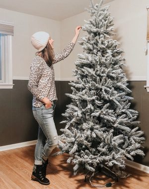DIY Flocked Christmas Tree | Daily Splendor Life and Style Blog | #flockedtree #christmastreeflocking #DIYchristmastree #snowytree #christmashack #christmasdecor