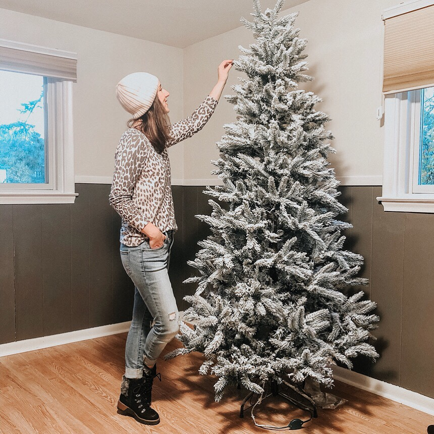 DIY Flocked Christmas Tree | Daily Splendor Life and Style Blog | #flockedtree #christmastreeflocking #DIYchristmastree #snowytree #christmashack #christmasdecor