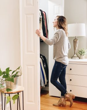 DIY Closet Makeover | Daily Splendor Life and Style Blog | finished closet #closetorganizer #smallcloset #smallspaces #organizedcloset #semicustomcloset #budgetcloset #diycloset #diyhomeproject