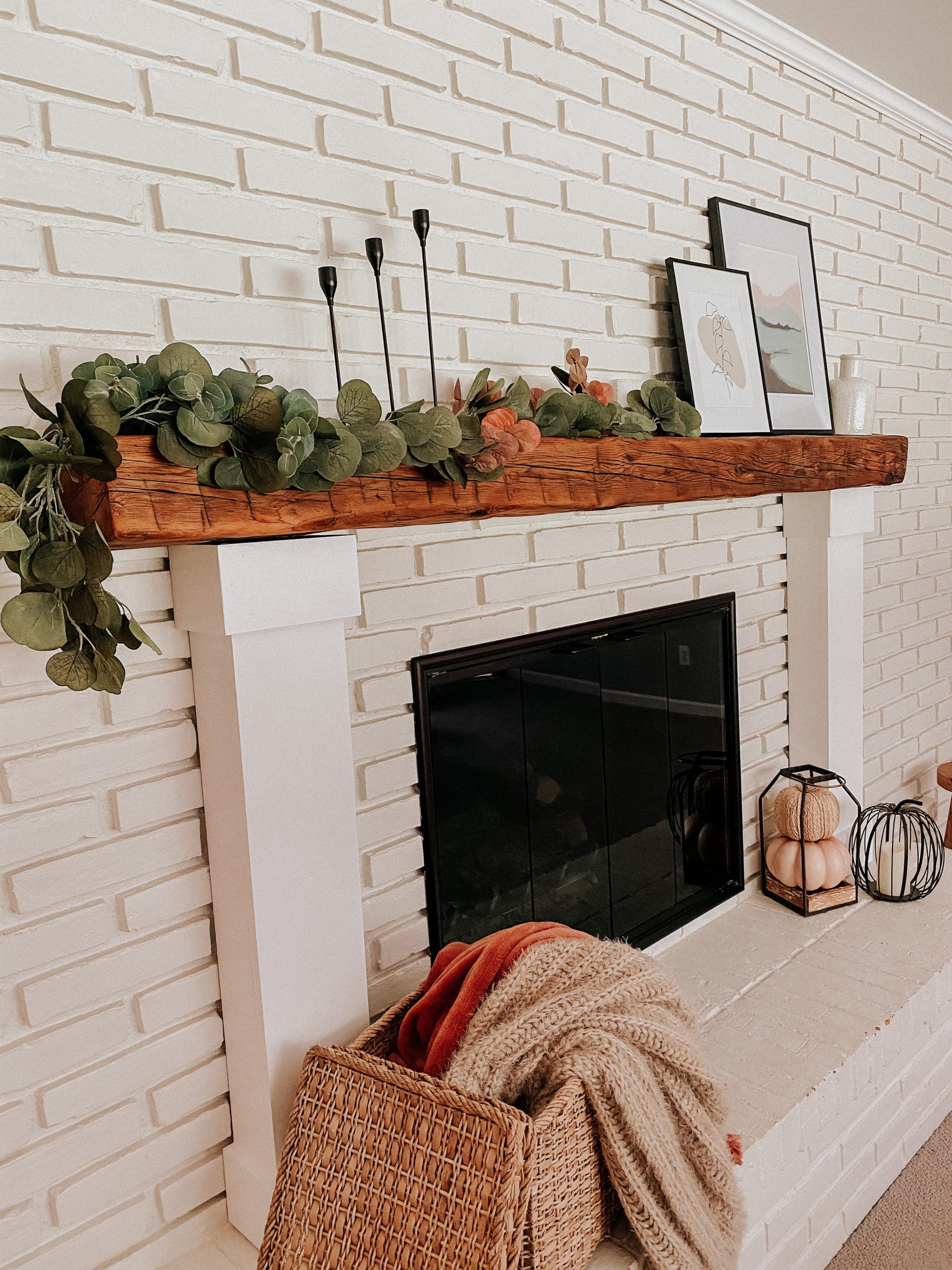Fall living room accents | Daily Splendor Life and Style Blog #falldecor #falllivingroom #manteldecor #fallfireplace #neutraldecor #simplemantel #fallaccents