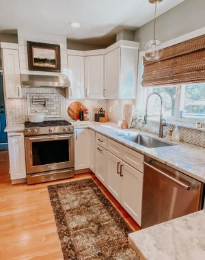 Easy ways to change up a room | Daily Splendor Home and Style Blog | kitchen updates #runner #kitchendecor #modernorganic #tranistiondesign #moodyart #globependant
