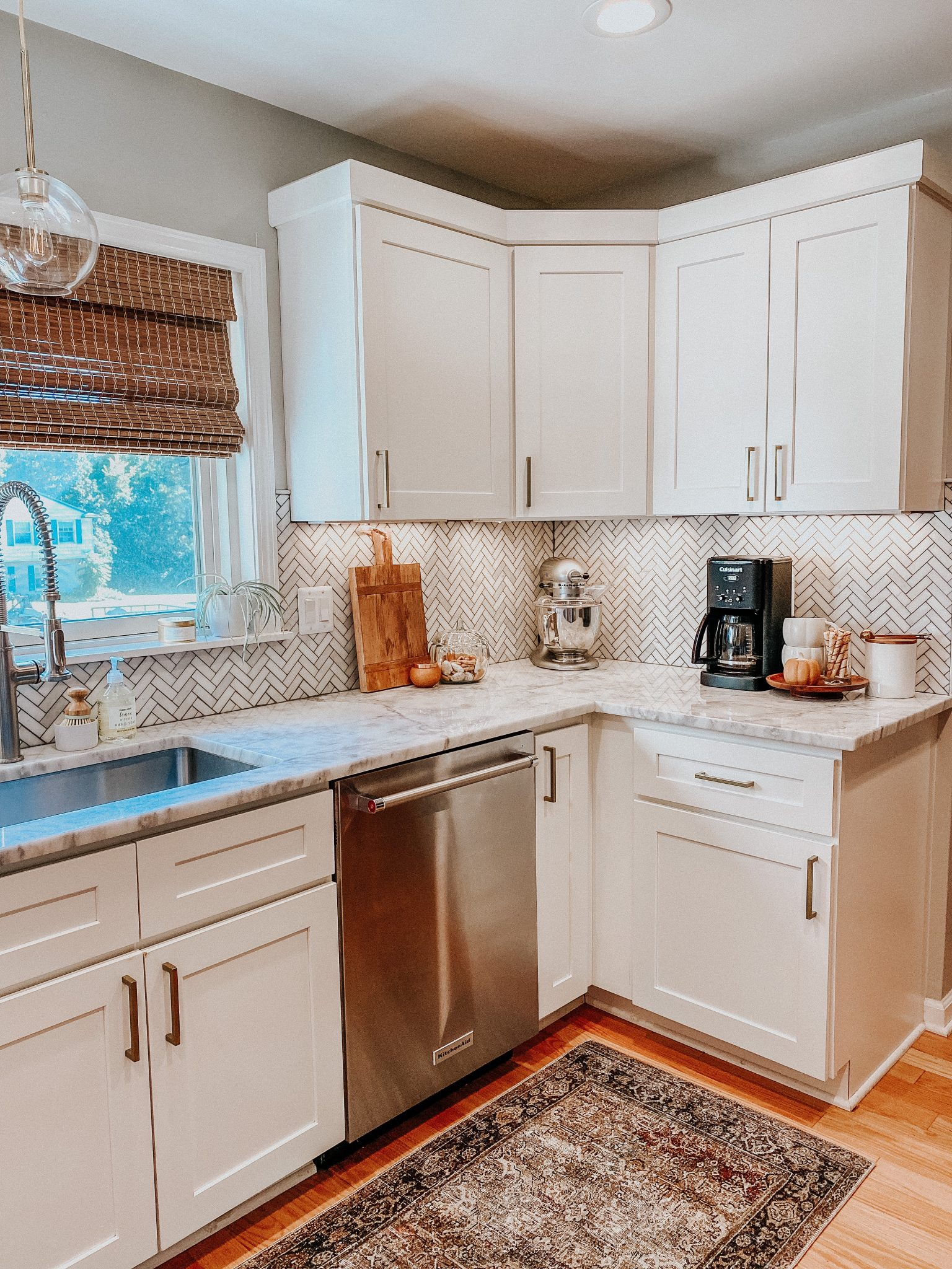 Easy ways to change up a room | Daily Splendor Home and Style Blog | kitchen pendant #kitchendesign #kitchendecor #modernorganic #tranistiondesign #bambooshade #whitecabinets #globependant #falldecor #fallkitchen